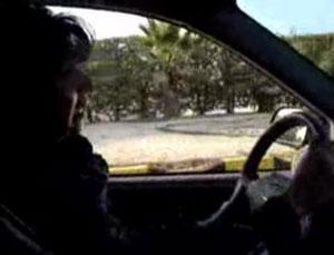 Известная саудовская журналистка Ваджиха Хувайдер за рулем автомобиля