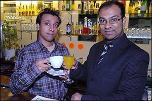 Азизур Рахман и Музахид Хан на фоне фитобара в халяльном пабе