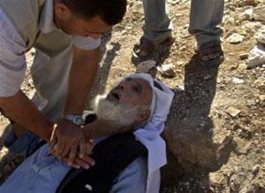 Израильские солдаты убивают палестинских стариков