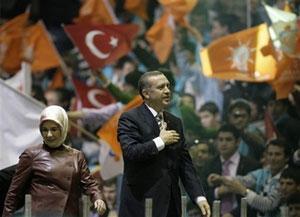 Р. Эрдоган и его супруга - Амине Эрдоган, приветствуют сторонников Партии справедливости и развития
