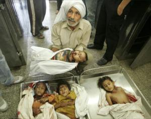 Отец держит своего убитого ребенка