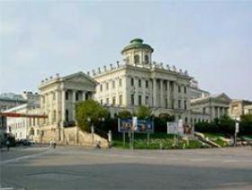 Дом Пашкова, чуть не рухнувший во время строительства станции метро Боровицкая, откроет сегодня свои двери
