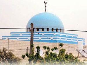 Жители палестинской деревни покрасили мечеть в цвета израильского флага