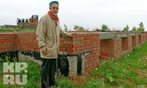 Нуртдин не отчаивается и верит, что построит мечеть из своего сна. Фото КП