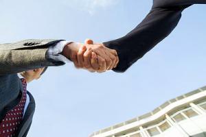 Крепкое рукопожатие помогает устроиться на работу