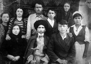 Мурзабек Охтов (в центре) в кругу семьи