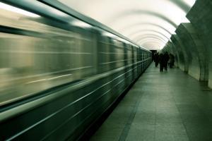 Упавший на рельсы человек парализовал движение оранжевой ветки метро