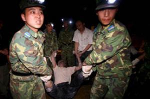 Спасением пострадавших занимаются китайские силовики