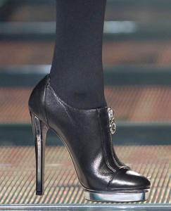 Малазийских женщин призывают отказаться от каблуков и косметики
