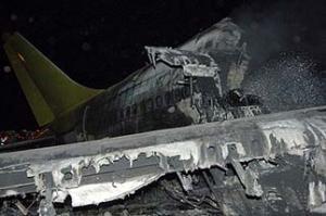 Прибывшим пожарным удалось потушить самолет, поиски погибших продолжаются