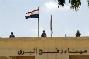 Египетские солдаты смотрят на палестинскую сторону с закрытого пропускного пункта Рафах
