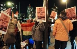 Митинг в поддержку гомосексуалистов у стен турецкого посольства в Париже