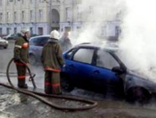 В поджоге машин подозревается худощавое и сутулое