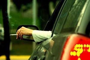 Британский декоратор оштрафован за курение в собственной машине