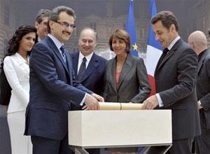 Альвалид бин Таляль и Николя Саркози кладут карту будущего музея в первый камень новой галереи