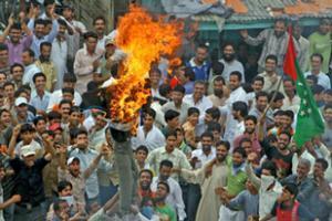 Действия премьер-министра Азада, связанные с передачей земли, вызвали демонстрации протеста по всему штату