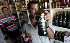 Багдадский продавец вина демонстрирует свой товар