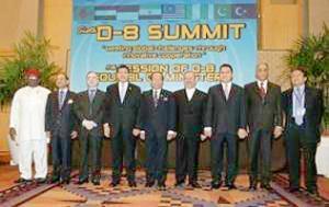 Министры иностранных дел Восьмерки развивающихся исламских стран (D-8) перед саммитом в Куала-Лумпуре 6 июля 2008 года.