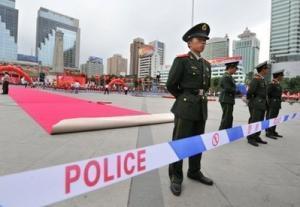 Полицейское оцепление в городе Урумчи, столице Синьцзян-Уйгурского автономного района Китая, 26 июня. Фото AFP.