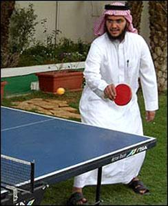 """Саудовцы """"лечат"""" экстремизм плаванием и настольным теннисом"""