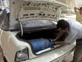 Палестинец заправляет свой автомобиль бытовым газом