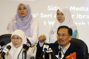Принятое Ван Азизой Ван Исмаил (слева) решение позволит Анвару претендовать на ее место в парламенте