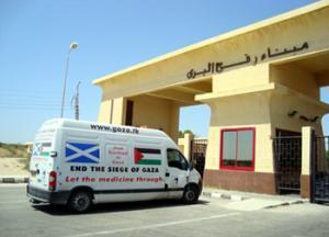 Фургон с медикаментами стоит на египетско-палестинской границе уже три недели