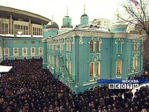 В праздник Ураза-байрам мусульмане Москвы молились даже на территории церкви