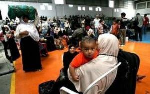 Палестинцы, ожидающие проверки на пограничном терминале Рафах