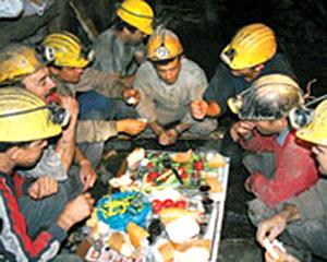 """""""Мы по-дружески делимся едой, которую принесли из дома"""", - рассказывает шахтер Эртан Ортак"""