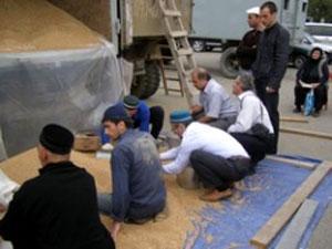Мусульмане Махачкалы раздают закят аль-фитр пшеницей