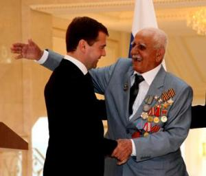 """Медведева попросили утвердить """"георгиевский полумесяц"""""""