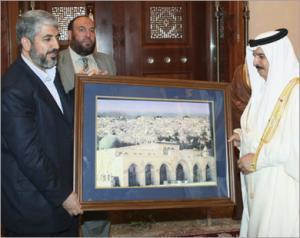 Лидер ХАМАС вручает королю Бахрейна картину с изображением Священной мечети Аль-Акса в Иерусалиме