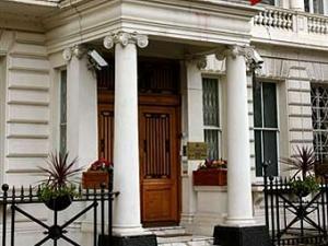 Неизвестные подожгли дверь иранского посольства в Лондоне