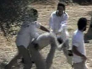Кадр видеозаписи нападения на фотографа с сайта Al-Jazeera