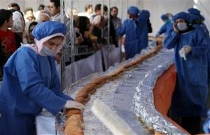В Иране за рекордное время съели самый большой мире сэндвич из страуса