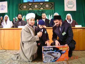 Победитель Первого всероссийского конкурса чтецов и хафизов Корана в 2004 г. получает награду от муфтия Татарстана Гусмана Исхакова