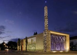Фасад сделан из декоративного голубого стекла