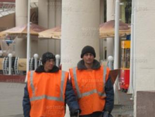 Русские дворники недовольны зарплатой. Вся надежда на мигрантов