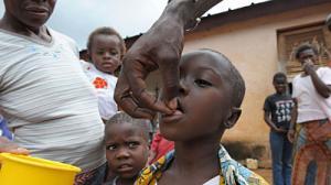 Ребенку дают лекарство для предотвращения слепоты