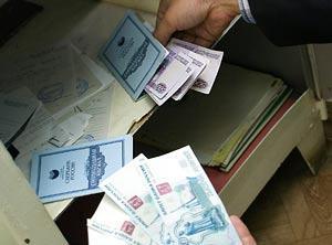 Россияне лихорадочно забирают рубли из Сбербанка