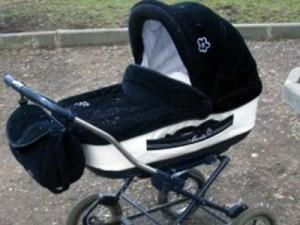 Подростки бросили горящий факел в коляску с младенцем ради забавы