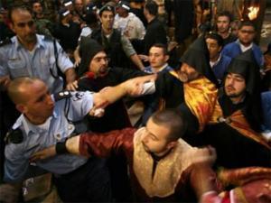 """Полиция разнимает дерущихся в храме """"Гроба господня"""". Фото AFP"""