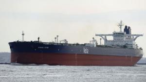 Сомалийские пираты доставили захваченный саудовский танкер на свою базу