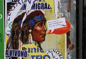 """Предвыборный плакат """"Лиги Севера"""" с надписью: """"Они пережили иммиграцию и теперь живут в резервациях""""."""