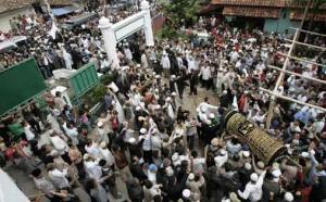 Тысячи людей пришли проститься с казненными