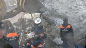 Спасатели разбирают завалы в основном вручную