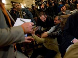 Журналисту, метнувшему ботинки в Буша, сломали руку и ребра