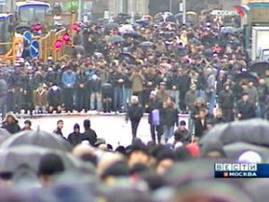 В Москве десятки тысяч человек читали праздничную молитву под дождем
