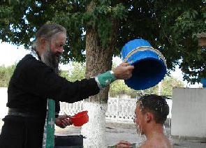 Священник совершает обряд крещения в г. Курган-Тюбе